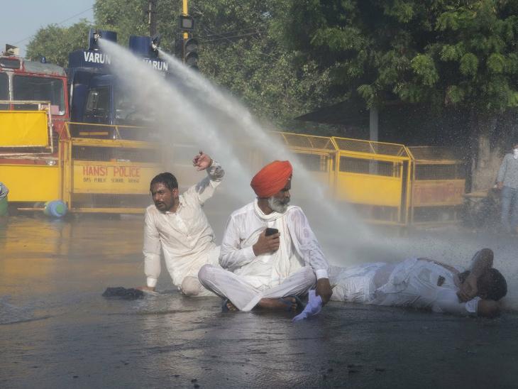 तस्वीर उस समय की है, जब किसान बड़ी संख्या में तीनों कानूनों के खिलाफ दिल्ली की तरफ कूच कर रहे थे।