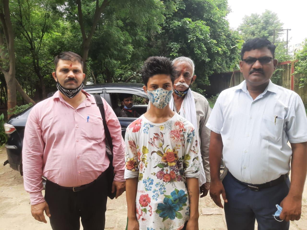 सौतेले पिता की प्रताड़ना से परेशान नेपाली बच्चे ने 2 साल पहले छोड़ दिया था घर, फेसबुक से मां को खोज कर वाराणसी से भेजा गया वापस|वाराणसी,Varanasi - Dainik Bhaskar