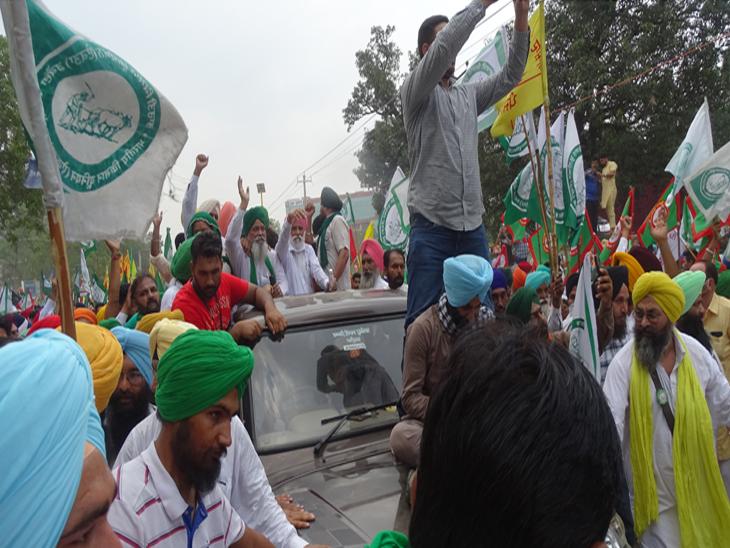 किसान नेता बलबीर सिंह राजेवाल वाहन पर सवार होकर चंडीगढ़ की ओर गए