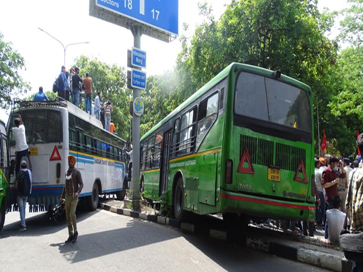 चंडीगढ़ पुलिस ने किसानों को रोकने के लिए सीटीयू की बसों को सड़क पर आड़े तिरछे लगा कर उन्हें रोका