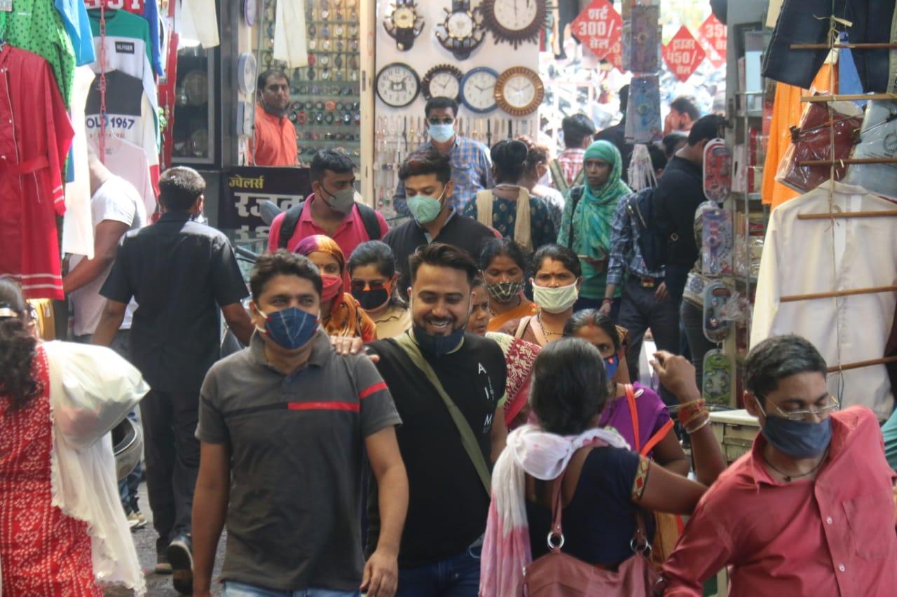 भोपाल के न्यू मार्केट में शुक्रवार को कई लोग बिना बिना मास्क पहने घूमते नजर आए।