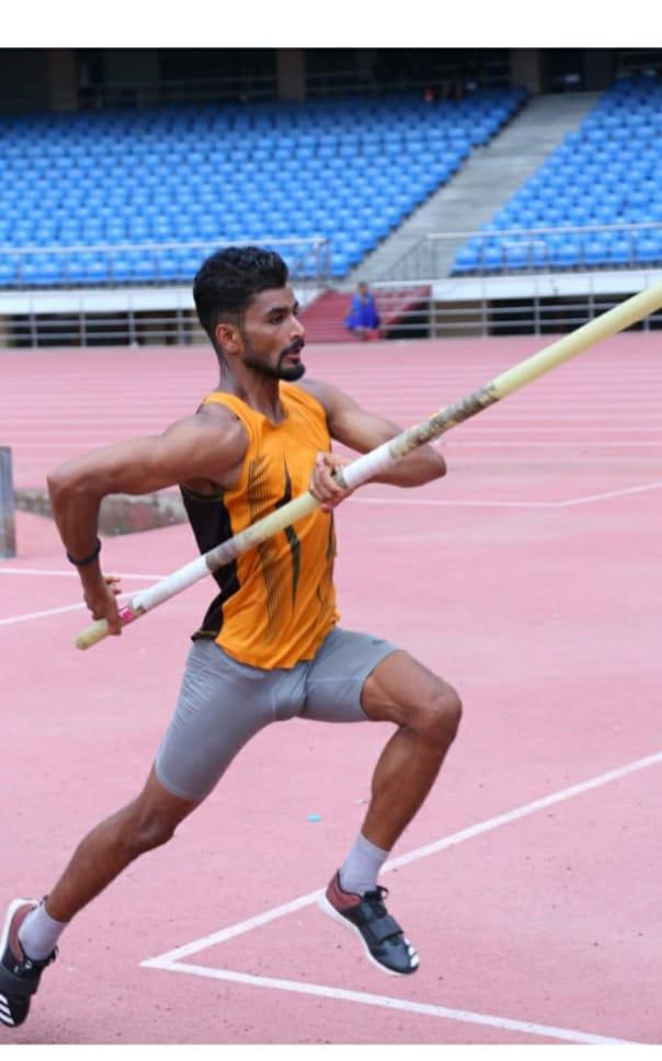 पोल वॉल्ट की नेशनल चैंपियनशिप में वाराणसी के शेखर ने जीता गोल्ड मेडल, ओलंपिक के लिए क्वालीफाई न कर पाने से हैं दुखी|वाराणसी,Varanasi - Dainik Bhaskar