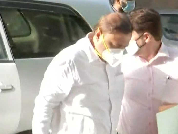 कुंदन शिंदे को कस्टडी में लेकर ED के अधिकारी शनिवार को मुंबई स्थित ऑफिस पहुंचे।