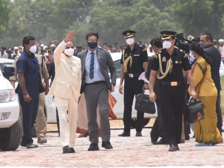 परौंख पहुंचने के बाद लोगों का अभिवादन स्वीकार करते राष्ट्रपति रामनाथ कोविंद।
