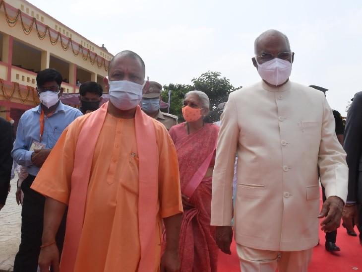 राष्ट्रपति के साथ मुख्यमंत्री योगी आदित्यनाथ और राज्यपाल आनंदीबेन पटेल भी मौजूद रहीं।