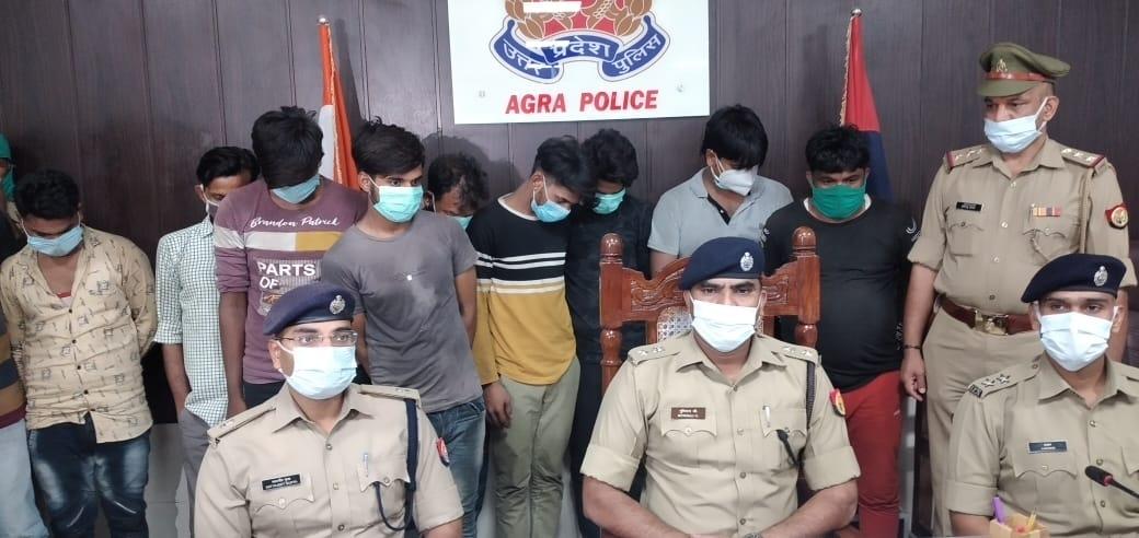इस्तेमाल किया हुआ ऑयल खरीदकर फिल्टर करते थे, नई पैकिंग में भरकर दुकानों पर बेच देते थे, 11 गिरफ्तार आगरा,Agra - Dainik Bhaskar