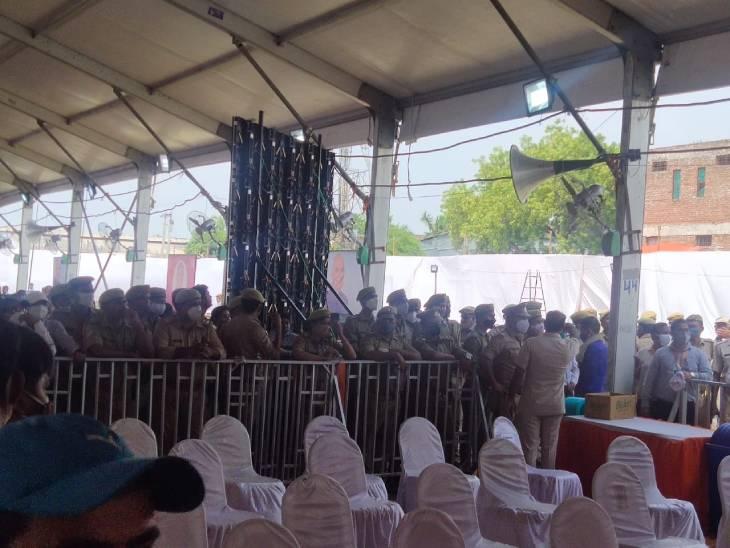 रामनाथ कोविंद के गांव में कार्यक्रम का आयोजन किया गया है। कार्यक्रम को सम्पन्न कराने के लिए भारी संख्या में फोर्स की तैनाती की गई है।