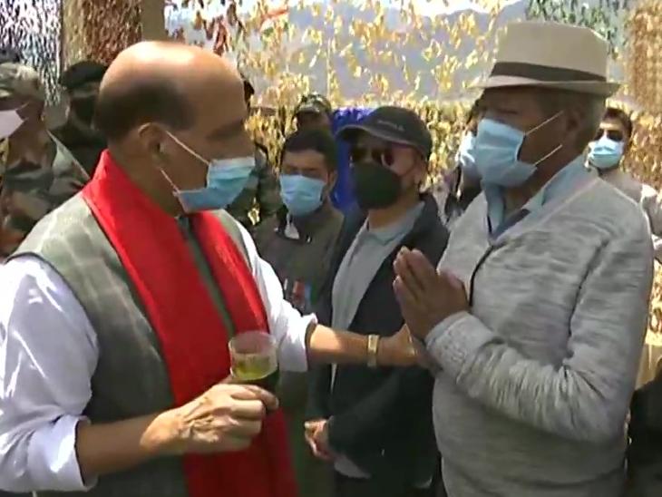 राजनाथ सिह ने लेह में पूर्व सैनिकों से मुलाकात की; कहा- हमारी सरकार ने वन रैंक, वन पेंशन की मांग को पूरा किया|देश,National - Dainik Bhaskar