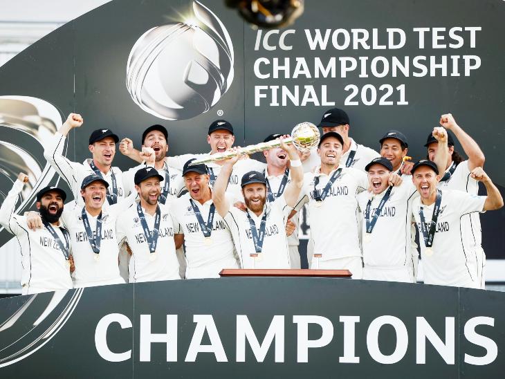 ICC वर्ल्ड टेस्ट चैंपियनशिप फाइनल 2021 में न्यूजीलैंड ने भारत को 8 विकेट से हराया और चैंपियन बना। जीत के बाद विनर टीम को मिलने वाले गदा के साथ कीवी टीम।