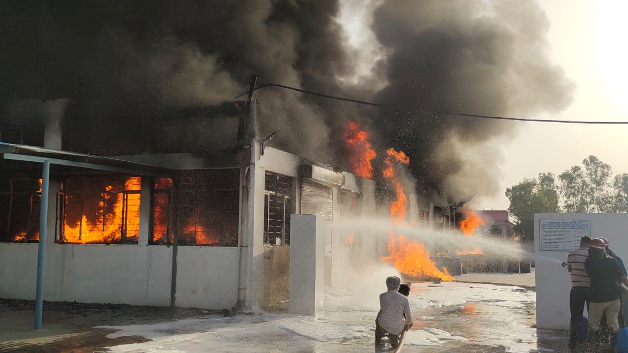 फायरकर्मियों ने आग बुझाने की कोशिश की लेकिन केमिकल होने की वजह से दिक्कत हो रही