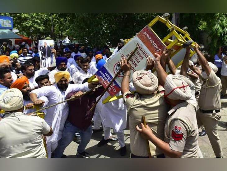 अमृतसर में बैरिकेड्स तोड़कर पूर्व IG कुंवर विजय प्रताप की कोठी की तरफ बढ़ने की जुगत में पुलिस पर भारी पड़े शिअद के कार्यकर्ता। - Dainik Bhaskar