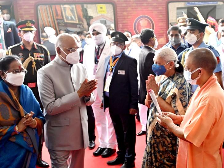 चारबाग रेलवे स्टेशन पर राष्ट्रपति का स्वागत करते मुख्यमंत्री योगी आदित्यनाथ और राज्यपाल आनंदीबेन पटेल।