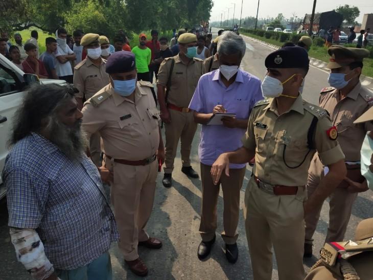 घटना के बाद मौके पर पूछताछ करते पुलिस अफसर।