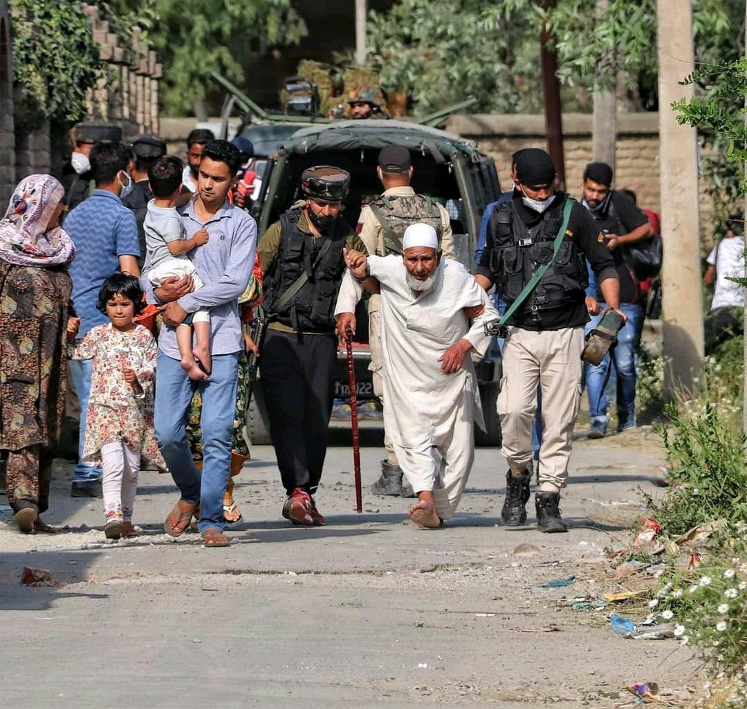 सुरक्षाबलों ने एनकाउंटर से पहले स्थानीय लोगों को यहां से सुरक्षित निकाला।