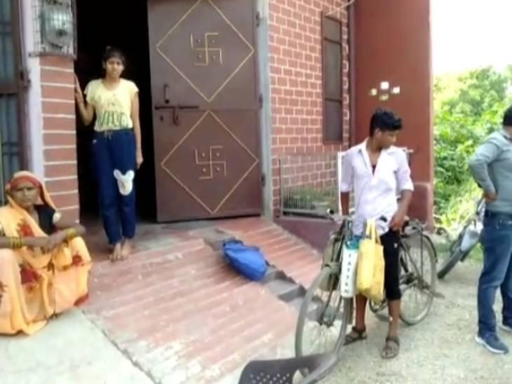 दोनों को परिवार के लोग घायल अवस्था में जिला अस्पताल लेकर पहुंचे, जहां से उन्हें गंभीर हालत में अलीगढ़ रेफर किया गया है। - Dainik Bhaskar
