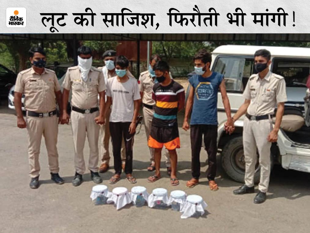 सिरसा में पुलिस की गिरफ्त में लूट की साजिश रचने के आरोप में पकड़े गए 3 बदमाश। - Dainik Bhaskar