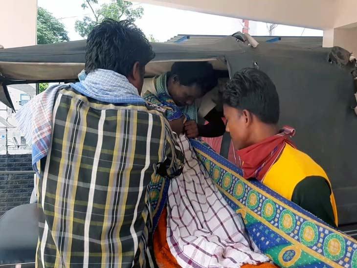 शव वाहन न मिल पाने पर परिजन लाश को एक टेंपो से घर ले गए। - Dainik Bhaskar