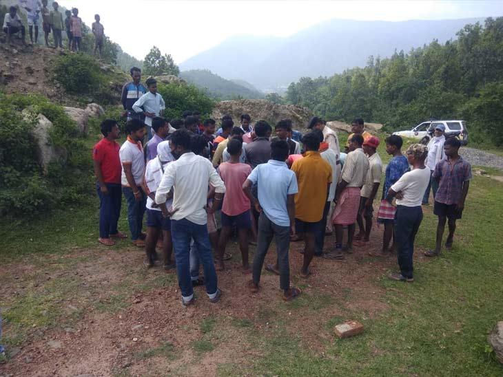 घटना की सूचना के बाद मौके पर स्थानीय लोगों की भीड़ जुट गई।