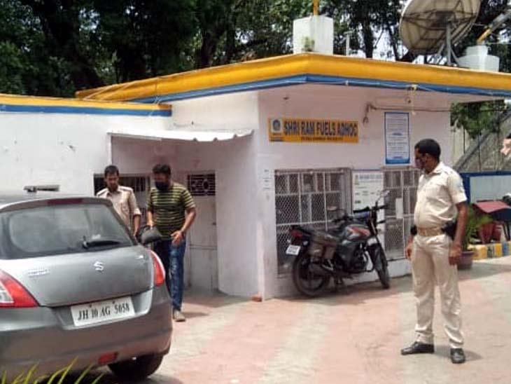 घटना की सूचना के बाद पेट्रोल पंप पर मामले की जांच करती पुलिस। - Dainik Bhaskar