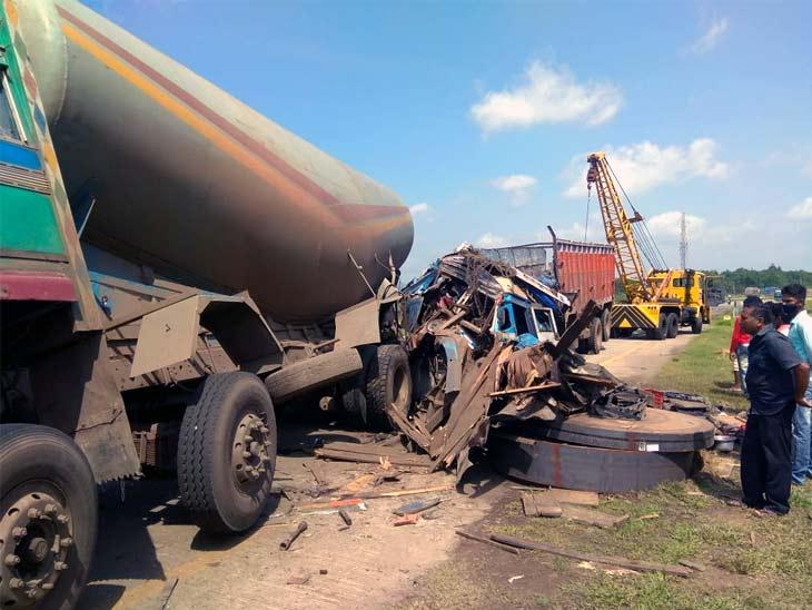 सड़क पर खड़े टैंकर को पीछे से ट्रक ने मारी टक्कर, टैंकर का टायर बदल रहे खलासी समेत ड्राइवर की मौत|झारखंड,Jharkhand - Dainik Bhaskar