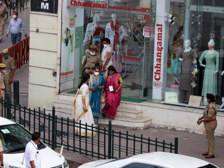 राष्ट्रपति की पत्नी सविता कोविंद और बेटी स्वाति ने हजरतगंज के छंगामल स्टोर में शॉपिंग की।
