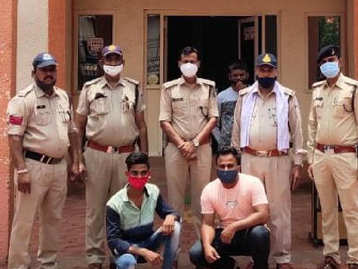 बदरवास से इंदौर की तरफ भागने की फिराक में धराये दो आरोपी; पूछताछ में बोले- पूरी प्लानिंग से की थी हत्या, शफीक के बोहरा कॉम्प्लेक्स आने की थी पूरी जानकारी|गुना,Guna - Dainik Bhaskar