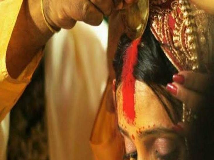 वाराणसी में प्रेमिका से मिलने आया था प्रेमी, ग्रामीणों ने पकड़ कर भरवा दिया मांग में सिंदूर: वीडियो आया सामने|वाराणसी,Varanasi - Dainik Bhaskar