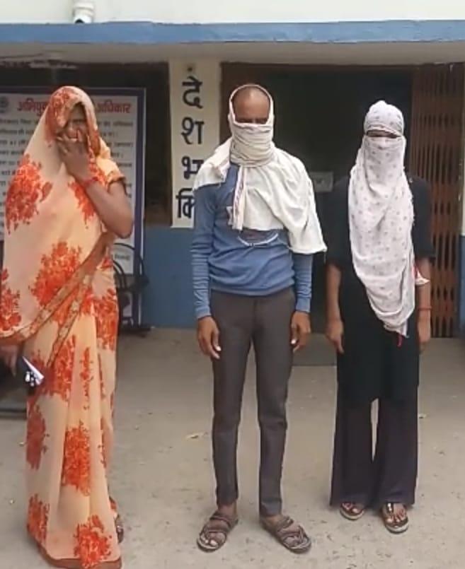 लड़की के माता पिता व लड़की - Dainik Bhaskar