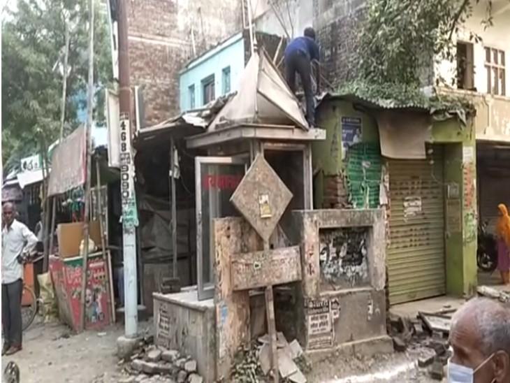 सड़क पर आवागमन में बाधा बन रहे धार्मिक स्थल को हटाया गया, कोर्ट के आदेश के बाद प्रशासन ने लिया एक्शन लखनऊ,Lucknow - Dainik Bhaskar