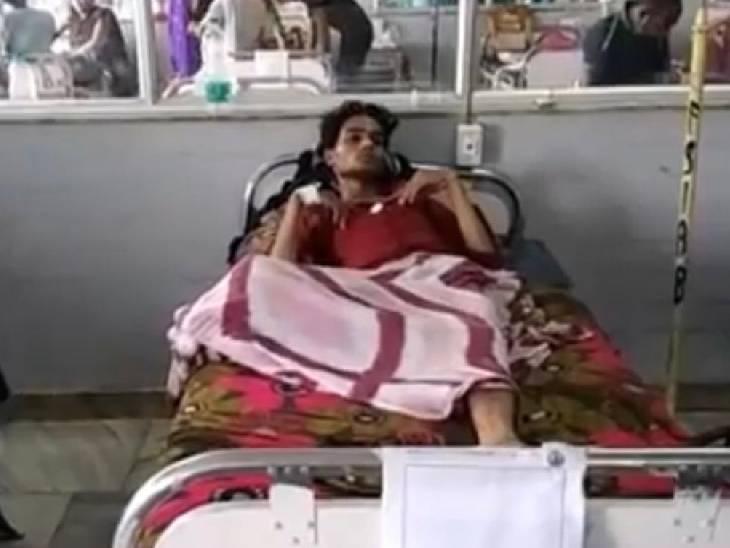 बाइकर्स ने सरेराह युवक के पैर में मारी गोली, नकाबपोश बदमाशों ने दिया वारदात को अंजाम, घायल युवक अस्पताल में भर्ती|रीवा,Rewa - Dainik Bhaskar