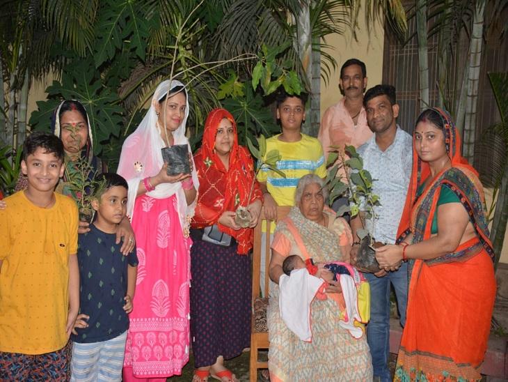 बेटी पैदा होने की खुशी में पौधरोपण करने जाते परिवार के सदस्य।