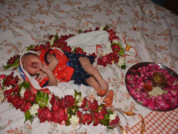 नवजात बच्ची घर आई तो उसकी आरती उतार कर फूलों से किया गया स्वागत। - Dainik Bhaskar