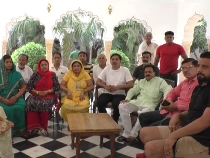 बागपत में पंचायत सदस्यों को BJP खरीद न ले इसलिए RLD-SP प्रत्याशी ने 14 सदस्यों को राजस्थान के होटल में छिपाया; अब तीन जुलाई को चुनाव के दिन लौटेंगी|मेरठ,Meerut - Dainik Bhaskar