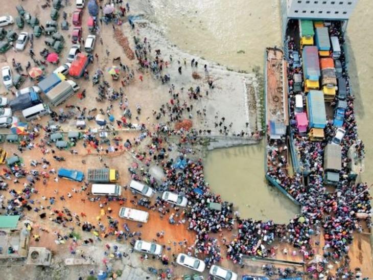 नौका सेवाएं भी 24 घंटे काम कर रही हैं। नावों पर क्षमता से अधिक लोग सवार हो रहे हैं। एक-एक बोट पर हजारों लोग सवार हो रहे हैं। - Dainik Bhaskar