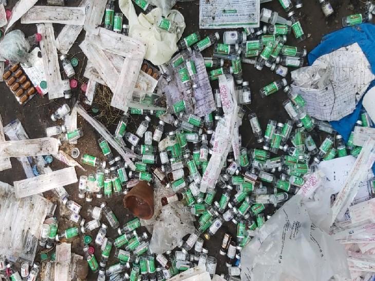 मुंगेर सदर अस्पताल में कोवीशील्ड की 100+ वायल फेंकी मिली, हर वायल में थी 2 से 3 डोज की वैक्सीन बिहार,Bihar - Dainik Bhaskar