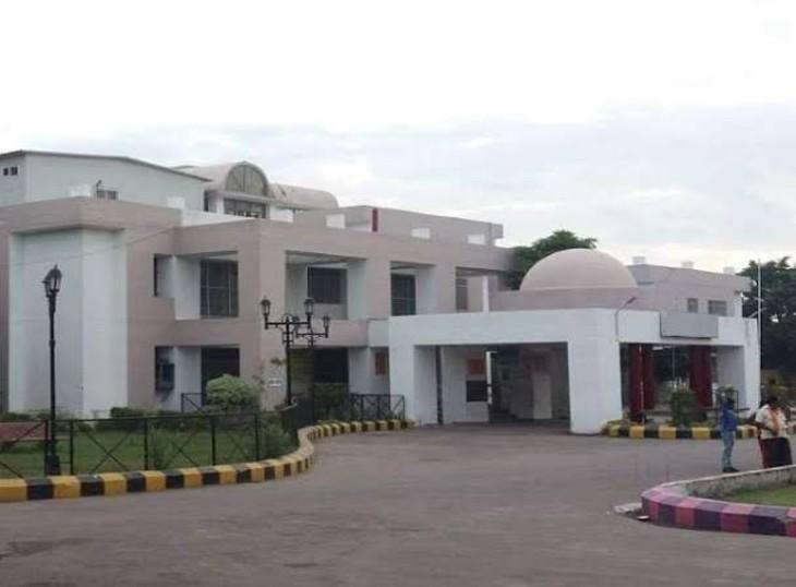 लखनऊ के लोकबंधु अस्पताल 50 वेंटीलेटर से लैस होगा; 34 ऑपरेशनल मोड में आए, 300 बेड का कोविड अस्पताल भी बन रहा लखनऊ,Lucknow - Dainik Bhaskar