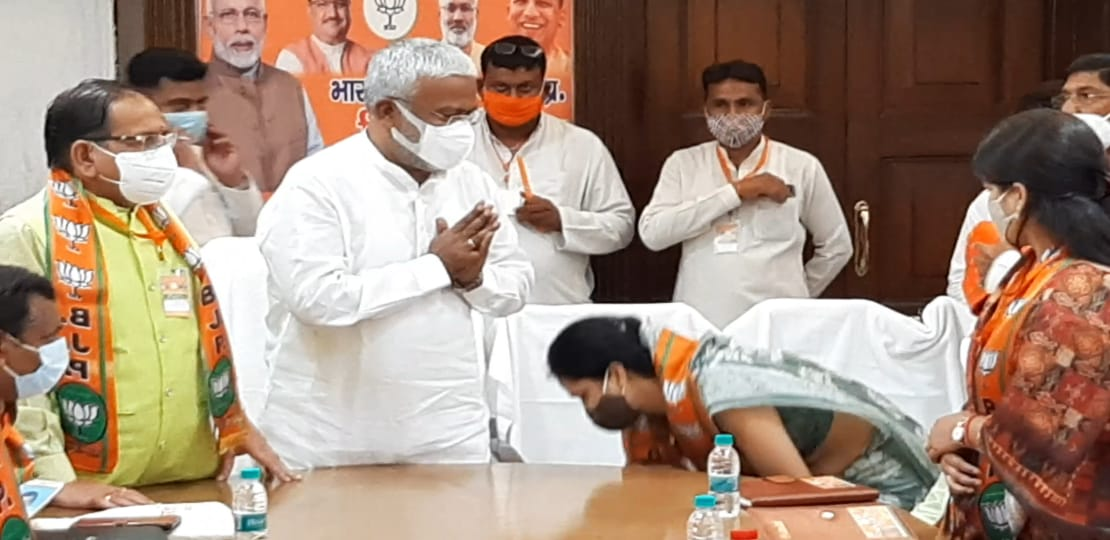 5 घंटे की मैराथन बैठक में स्वतंत्रदेव सिंह ने 7 जिलों की चुनावी रणनीति पर की चर्चा, बूथ से बीजेपी की जीत का दिया मंत्र|आगरा,Agra - Dainik Bhaskar
