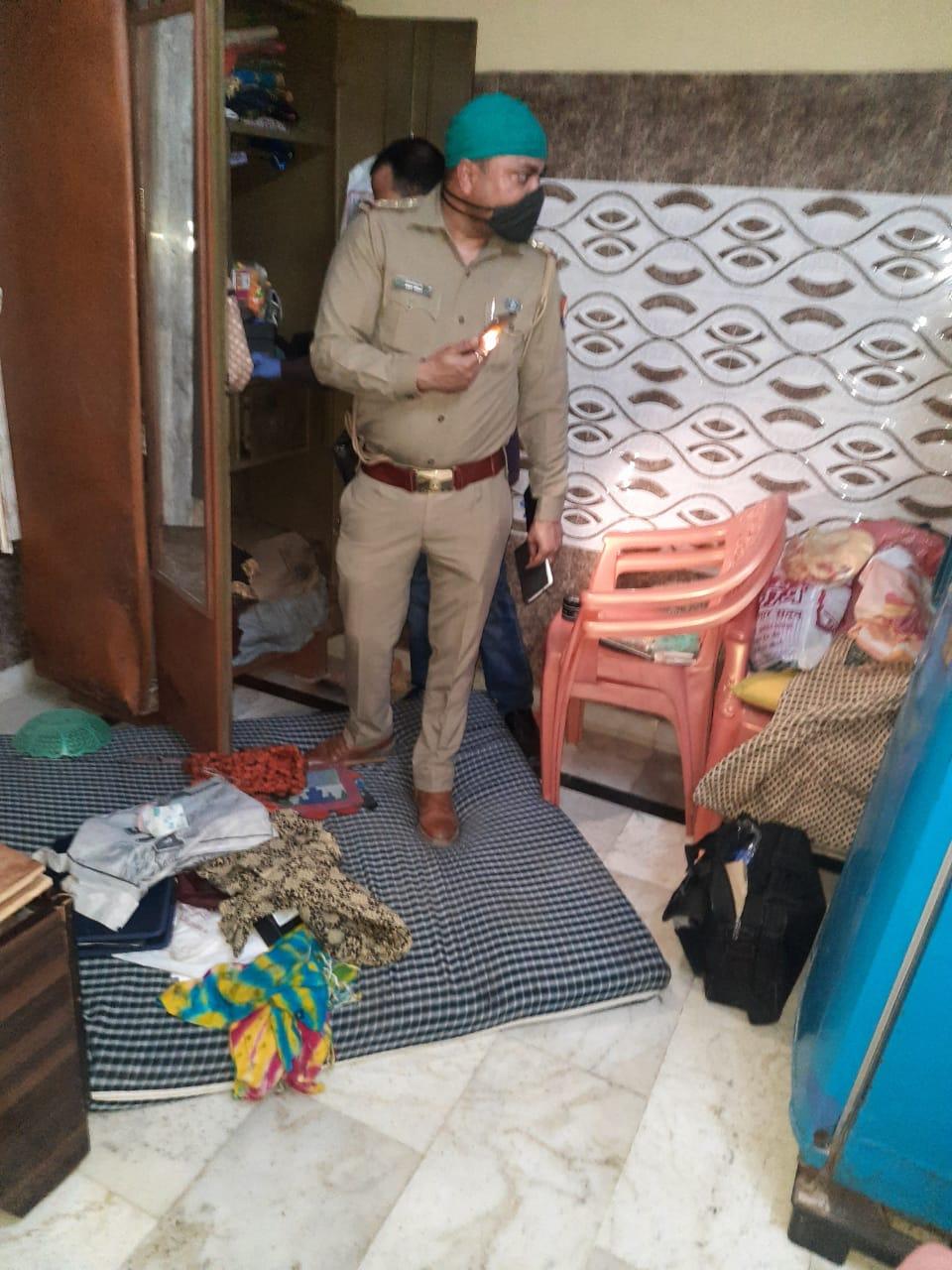 टेलर के घर एलआईसी एजेंट बनकर घुसे बदमाश, घर वालों को बंधक बनाकर आधे घंटे में लूटे लिए दो लाख|आगरा,Agra - Dainik Bhaskar