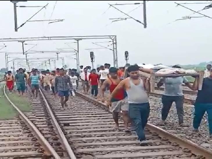 पटरी पर आ रही ट्रेन से बचने के लिए दूसरी पटरी पर कूदा, उस पर आ रही ट्रेन ने रौंदा|वाराणसी,Varanasi - Dainik Bhaskar