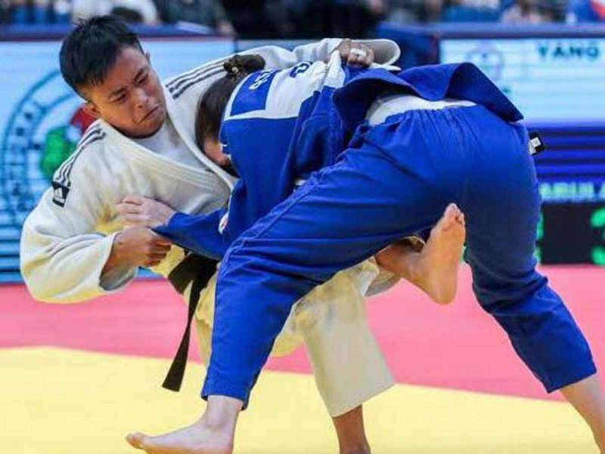 व्हाइट यूनिफॉर्म में सुशीला देवी। वे ओलिंपिक में भारत का प्रतिनिधित्व करेंगी।