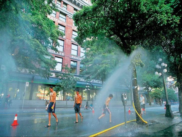 वैंकुवर में लगा अस्थायी मिस्ट स्टेशन, गर्मी से बेहाल लोग यहां ठंडक पा सकते हैं। - Dainik Bhaskar