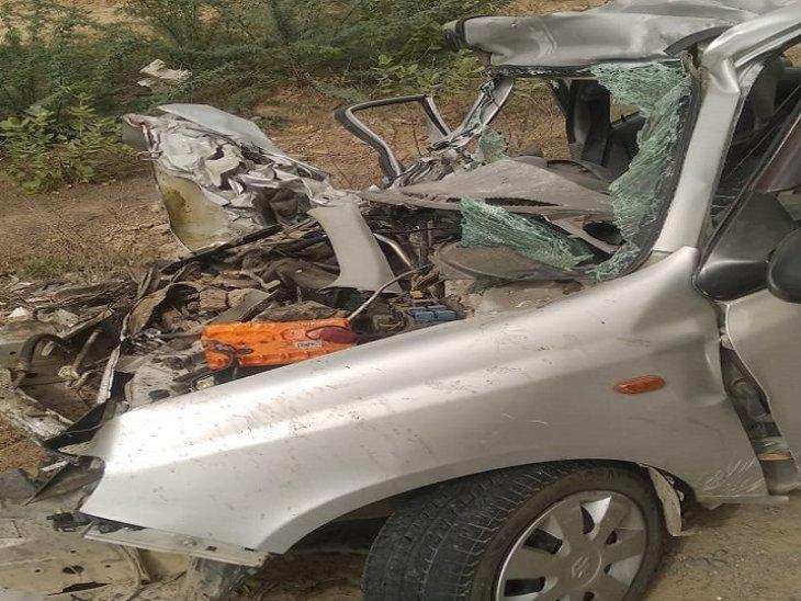 बस से टकराने के बाद चकनाचूर हुई ऑल्टो कार।