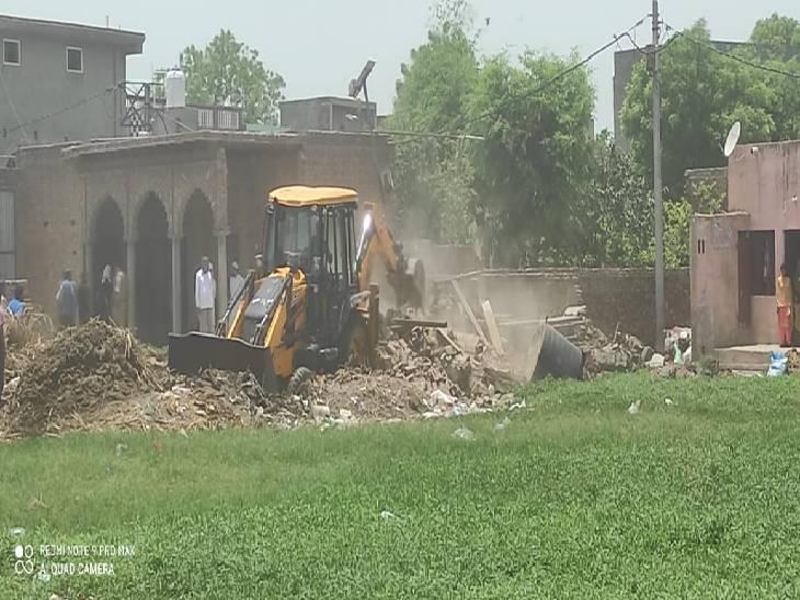 तालाब पर हो रहा था अवैध निर्माण, शिकायत पर पहुंची टीम का विरोध, जमकर हुई नोकझोंक, बुलाना पड़ा फोर्स|मेरठ,Meerut - Dainik Bhaskar