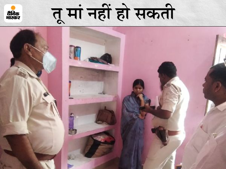 महिला से पूछताछ करती पुलिस। - Dainik Bhaskar