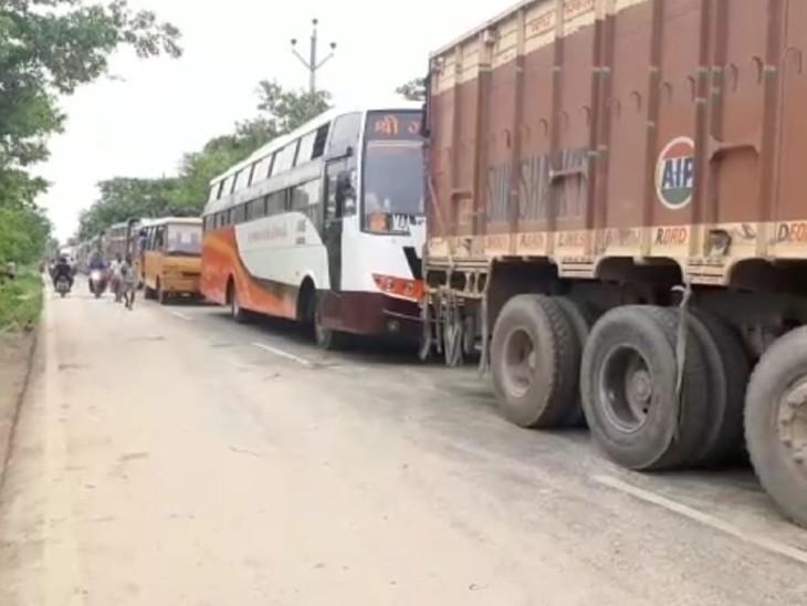 सीवान-मैरवा मुख्य मार्ग पर आमने-सामने से टकराए 2 ट्रक, आवागमन बाधित,10 किलोमीटर तक लगी गाड़ियों की कतार|बिहार,Bihar - Dainik Bhaskar