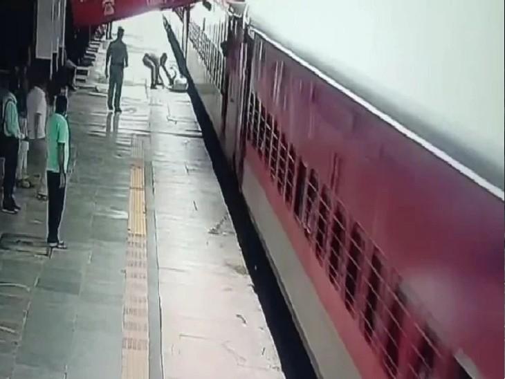प्रयागराज जंक्शन पर चलती ट्रेन से उतरते समय फिसला यात्री, पास खड़े आरपीएफ कर्मी ने बचाई जान प्रयागराज (इलाहाबाद),Prayagraj (Allahabad) - Dainik Bhaskar