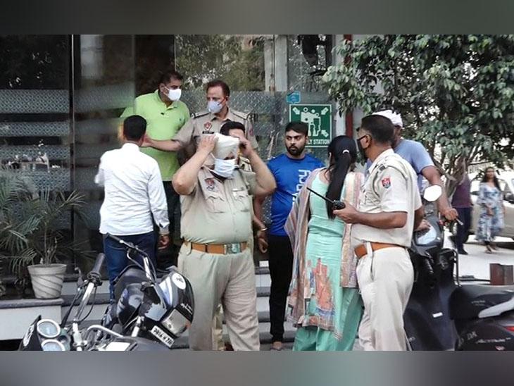 अमृतसर के होटल गोल्डन हार्ट में कथित प्रेमी जोड़े की आत्महत्या की घटना के बाद मौके पर पहुंची पुलिस। - Dainik Bhaskar