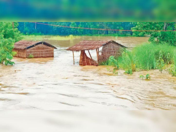 कटरा इलाके में बाढ़ के पानी में डूबी झोपडियां। - Dainik Bhaskar
