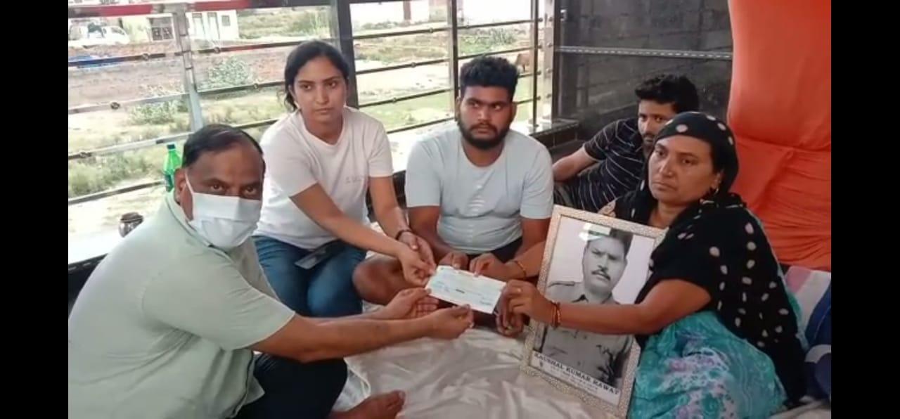 3 दिन बाद खत्म हुआ शहीद की पत्नी का धरना, एडीएम सिटी ने दिया साढ़े 65 लाख का चेक...मांगें पूरी करने का दिया आश्वासन उत्तरप्रदेश,Uttar Pradesh - Dainik Bhaskar