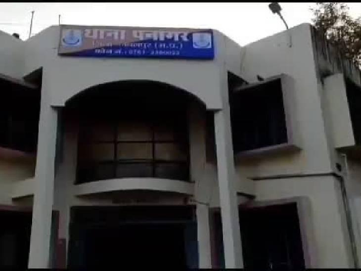 प्रताड़ना की शिकायत करने थाने पहुंची महिला, पीछे से आरोपी भी पहुंच गया; केस दर्ज होेने से गुस्साए आरोपी ने महिला एसआई से की झूमाझटकी|जबलपुर,Jabalpur - Dainik Bhaskar